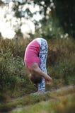 Dobro de dobra da jovem mulher flexível Imagens de Stock
