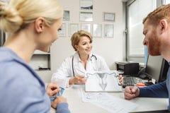 Dobrotliwa kobiety lekarka patrzeje klientów Obraz Royalty Free