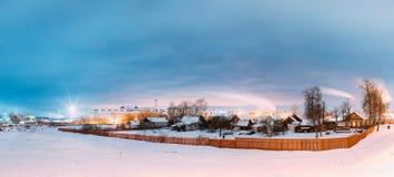 Dobrush, Bielorussia Paesaggio con le vecchie Camere su fondo di una fabbrica di carta fotografia stock libera da diritti