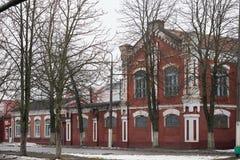 Dobrush Vitryssland - December 28, 2017: Byggnaden av ett pappers- maler Royaltyfri Fotografi