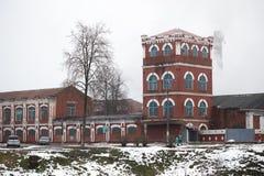 Dobrush Vitryssland - December 28, 2017: Byggnaden av ett pappers- maler Royaltyfri Foto