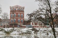 Dobrush Vitryssland - December 28, 2017: Byggnaden av ett pappers- maler Royaltyfri Bild