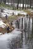 Dobrush, Weißrussland - 28. Dezember 2017: Fischer, die auf der Flussbank fischen Lizenzfreie Stockfotos