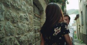 Dobry przyglądający charyzmatyczny pary dacing romantyczny po środku starej małej ulicy w Włochy, są bardzo szczęśliwi i zbiory