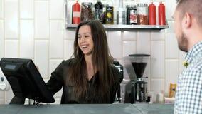 Dobry przyglądający kobiety barista bierze rozkaz od klienta z pastylka pokazem w ono uśmiecha się i sklep z kawą zdjęcie wideo