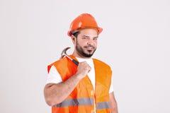 Dobry Przyglądający pracownik budowlany z murarza młotem Zdjęcie Royalty Free