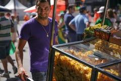 Dobry przyglądający sprzedawca uliczny Fotografia Stock