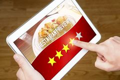 Dobry restauracja przegląd Zadowolony i szczęśliwy klient obraz stock