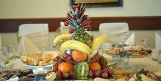Dobrze dekorować owoc na stole zdjęcia royalty free