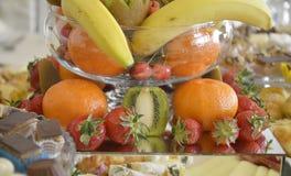 Dobrze dekorować owoc na stole zdjęcia stock