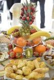 Dobrze dekorować owoc na stole obrazy stock