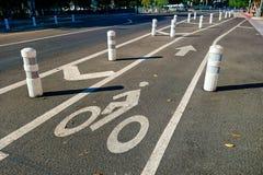 Dobrze ochraniający roweru pas ruchu rozcięcie przez miasta obraz royalty free