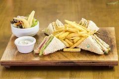 Dobrze projektująca trójbok kanapka z sałatką i zakąskami Obrazy Royalty Free