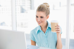 Dobrze ubierająca bizneswomanu mienia kawa obraz royalty free