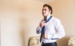 Dobrze ubierający biznesowy mężczyzna przystosowywa jego szyja krawat Zdjęcia Royalty Free