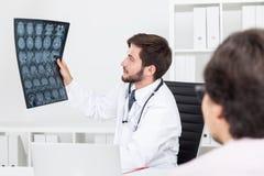 Doc. die x ray beeld bekijken royalty-vrije stock afbeelding