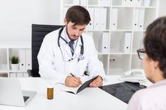 Doc que toma notas Foto de Stock