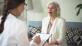Doc que visita a mulher envelhecida em sua casa brilhante vídeos de arquivo
