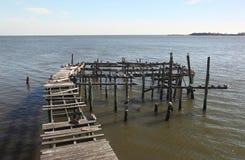 Doca abandonada na chave do cedro, Florida Foto de Stock