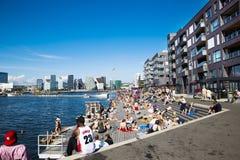 Doca, apartamentos e skyline de Oslo Fotos de Stock