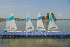 Doca branca dos veleiros no lago Fotografia de Stock