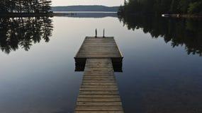 Doca da casa de campo no lago Fotos de Stock