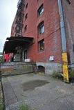 Doca de carregamento velha do edifício de tijolo Fotos de Stock Royalty Free