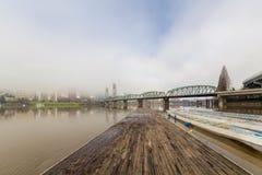 Doca de flutuação do barco no rio de Willamette Imagem de Stock