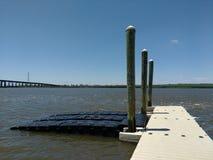 Doca de flutuação no rio de Hackensack, NJ, EUA Imagem de Stock