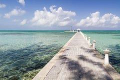 Doca de Grande Caimão & água de turquesa Fotos de Stock Royalty Free