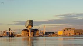 Doca de Kattendijkdok com construção da autoridade portuária e builddings industriais em Antuérpia foto de stock royalty free