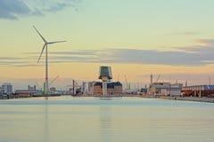 Doca de Kattendijkdok com construção da autoridade portuária e turbina eólica em Antuérpia imagem de stock