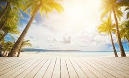 Doca de madeira com fundo tropical fotografia de stock royalty free