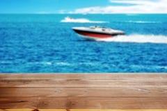 Doca de madeira no lago com barcos do poder fotografia de stock
