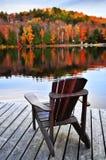 Doca de madeira no lago do outono fotografia de stock royalty free
