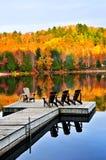 Doca de madeira no lago do outono foto de stock