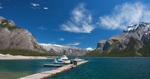 Doca do barco no lago Minnewanka Fotos de Stock Royalty Free