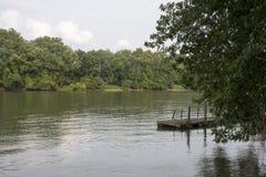 Doca do barco no Rio Ohio fotos de stock