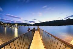 A doca do porto é uma entrada para navegar o lago bonito imagem de stock royalty free