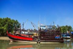 Doca dos barcos de pesca na maré baixa Imagem de Stock
