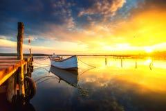 Doca e barco pequenos no lago fotografia de stock royalty free