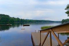 Doca e flutuadores de flutuação no lago Fotografia de Stock