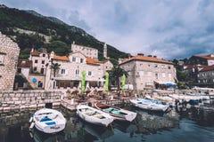 Doca e passeio do barco em Perast imagens de stock royalty free