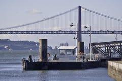 Doca e ponte em Lisboa Fotos de Stock