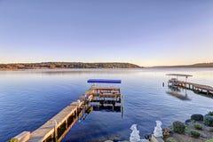 Doca privada com elevadores de esqui do jato e elevador coberto do barco, lago Washington Imagem de Stock