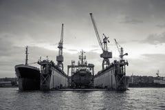 Doca seca de flutuação com o navio velho sob o reparo para dentro Imagens de Stock