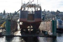 Doca seca de flutuação em Salmon Bay ao lado de Ballard Bridge imagens de stock