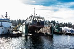 Doca seca de flutuação em Salmon Bay ao lado de Ballard Bridge imagem de stock