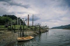 Docas de madeira velhas na reserva da biosfera de Urdaibai no país Basque foto de stock royalty free