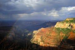 Arcobaleno e pioggia sopra l'orlo del nord del Grand Canyon Immagini Stock Libere da Diritti